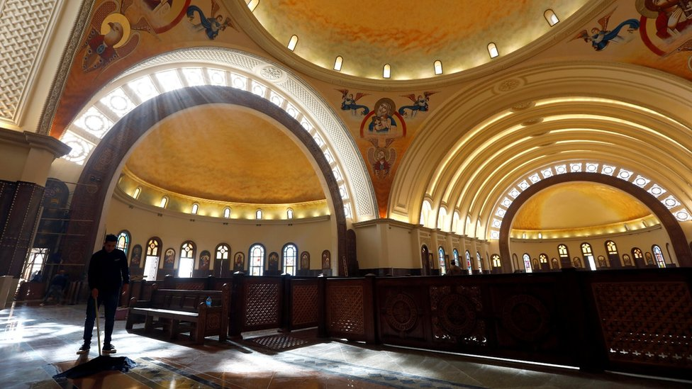 Radnik čisti unutrašnjost nove koptičke katedrale Rođenja