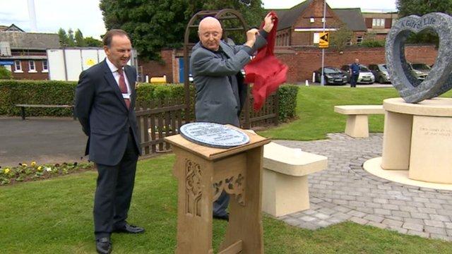 Jasper Carrot unveils memorial