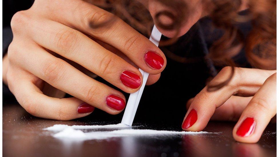 امرأة تتعاطى المخدرات