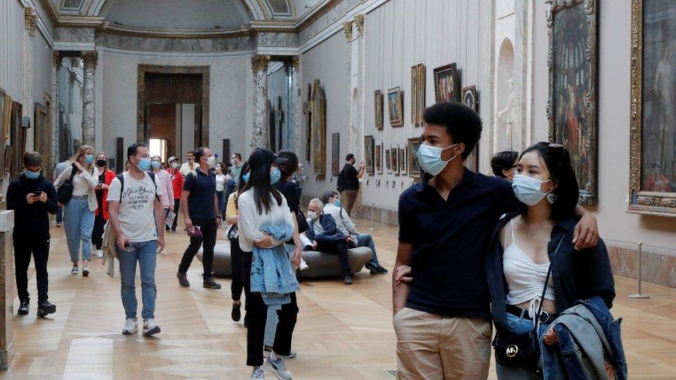 ljudi šetaju u novootvorenom muzeju u luvru
