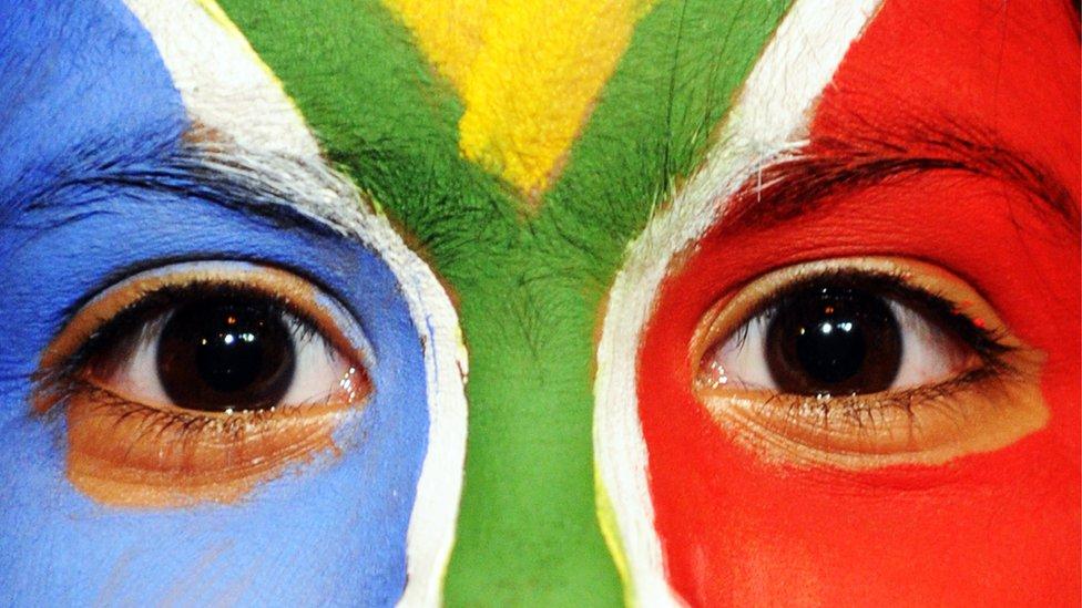 Una joven sudafricana con los colores de la bandera