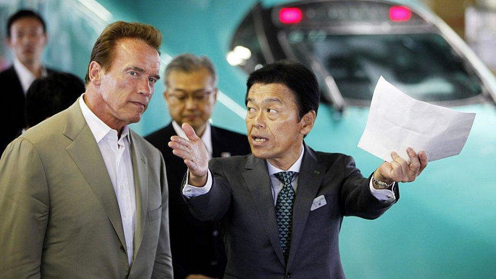 Arnold Schwarzenegger en Japón cuando era gobernador en 2010 para visitar el sistema de transporte público de alta velocidad en el país asiático.