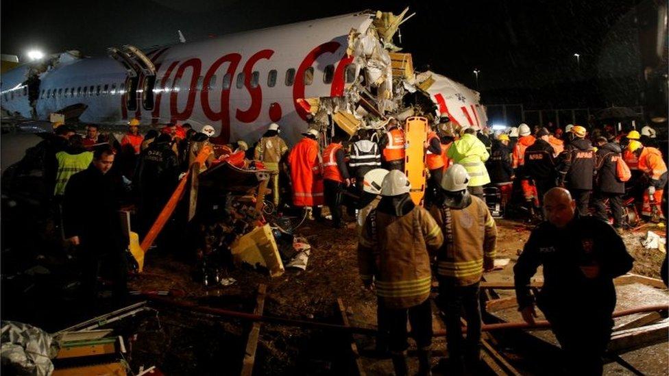 Un parte del avión fragmentado