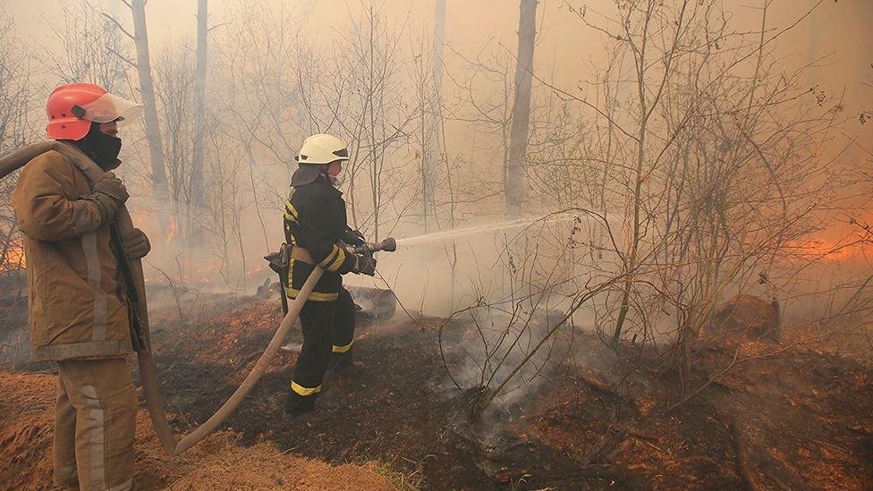 Bomberos luchando contra el incendio.