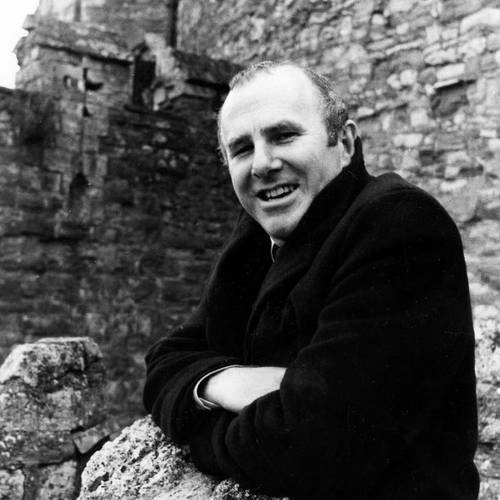 Clive James presenting a BBC perspective on Shakespeare in 1980