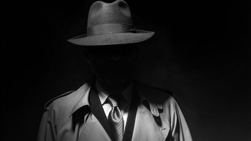 Hombre con sombrero pero cara en la sombra