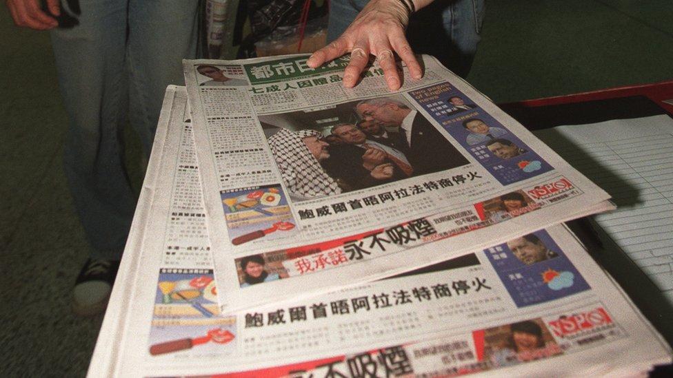 香港地鐵香港站乘客領取香港《都市日報》創刊號(15/4/2002)