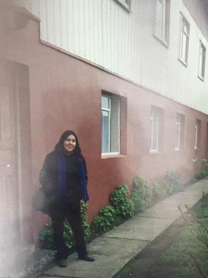 María en el orfanato al que fue trasladada después de nacer, durante su visita en 1998.