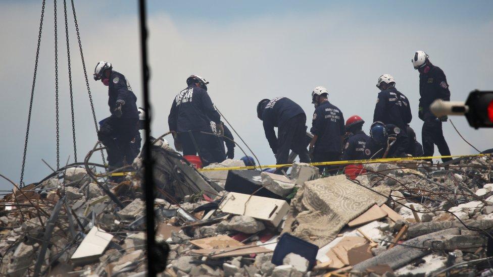 Trabajadores sobre los escombros del Champlain Towers South