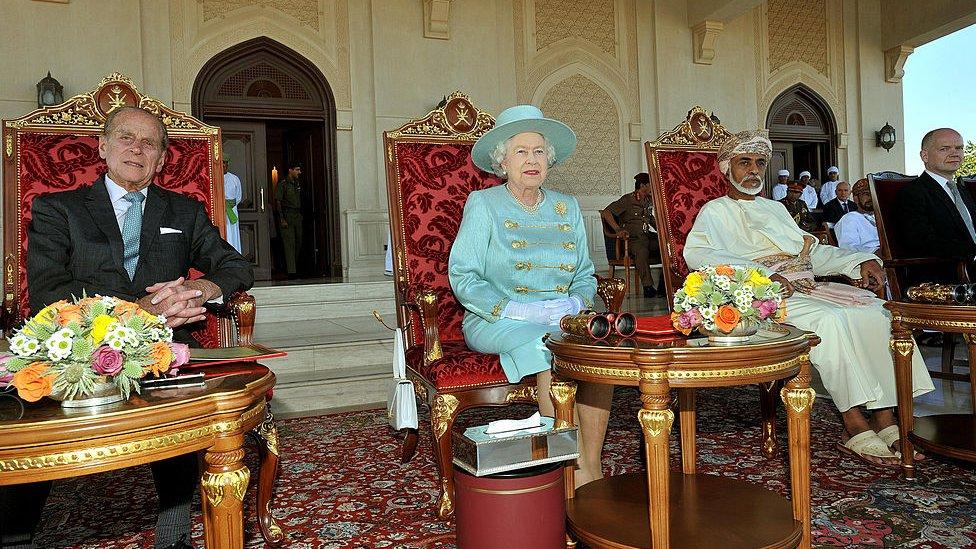 الملكة إليزابيث الثانية والأمير فيليب، دوق إدنبره وسلطان عمان، قابوس بن سعيد ، ووزير الخارجية البريطاني، وليام هيج أثناء حضورهم سباق الخيل في نادي سباق الخيل الملكي في 27 نوفمبر/تشرين الثاني 2010
