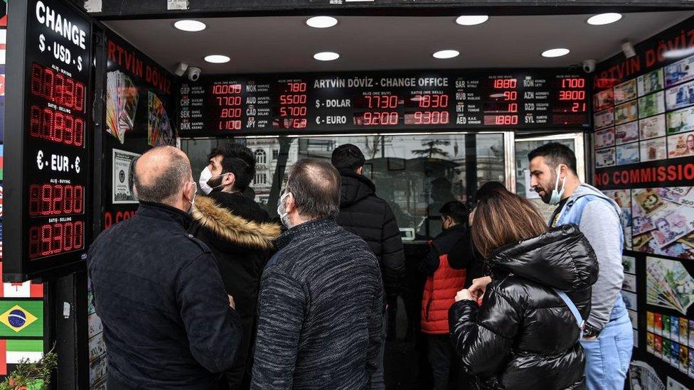 Türk lirasının değer kaybı döviz bürolarında hareketli anlar yaşanmasına neden oldu