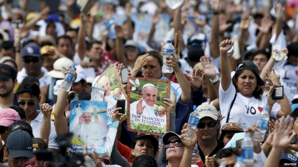 The crowd react as Pope Francis (not pictured) gives his blessing after a mass celebrated at Parque Samanes in Guayaquil, Ecuador (06 July 2015)