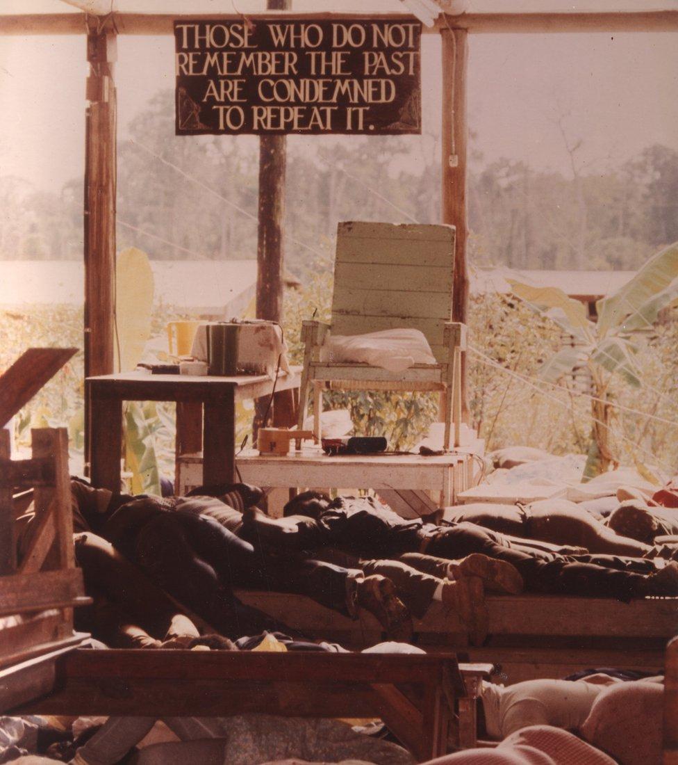 1978: Dentro del Templo del Pueblo en Jonestown, Guyana, donde más de 900 estadounidenses murieron en tras beber cianuro.