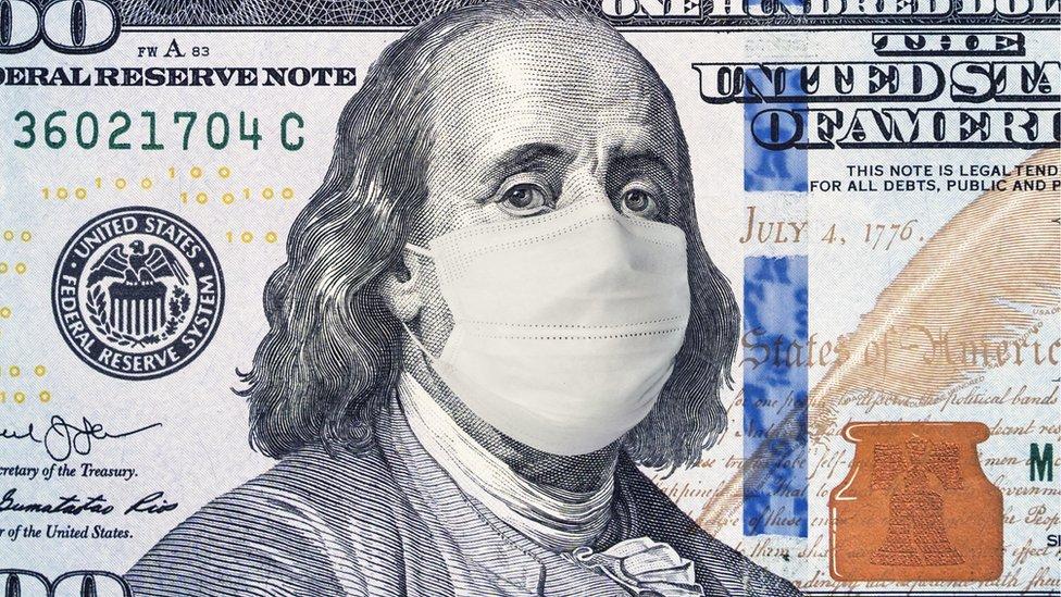 Billete de 100 dólares con Franklin con mascarilla.