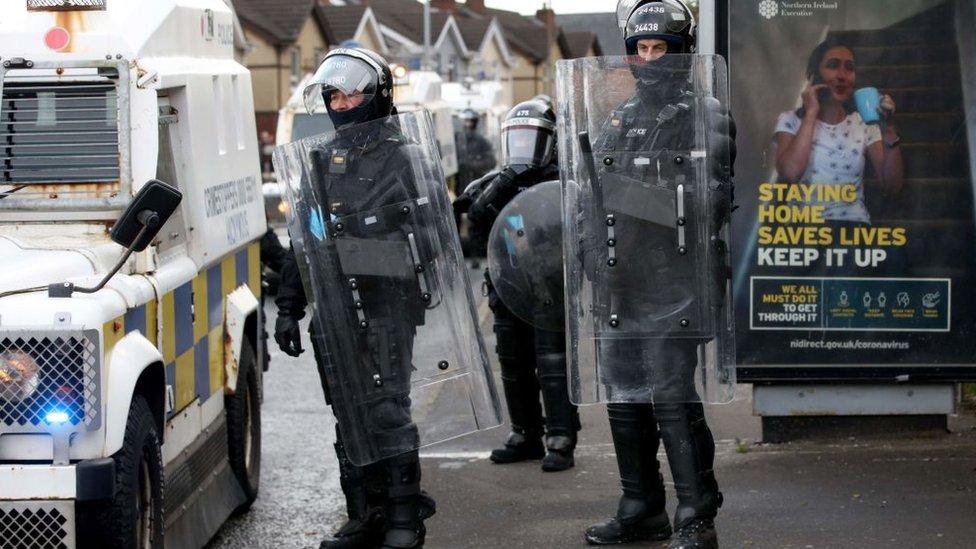 Policías antidisturbios en Irlanda del Norte