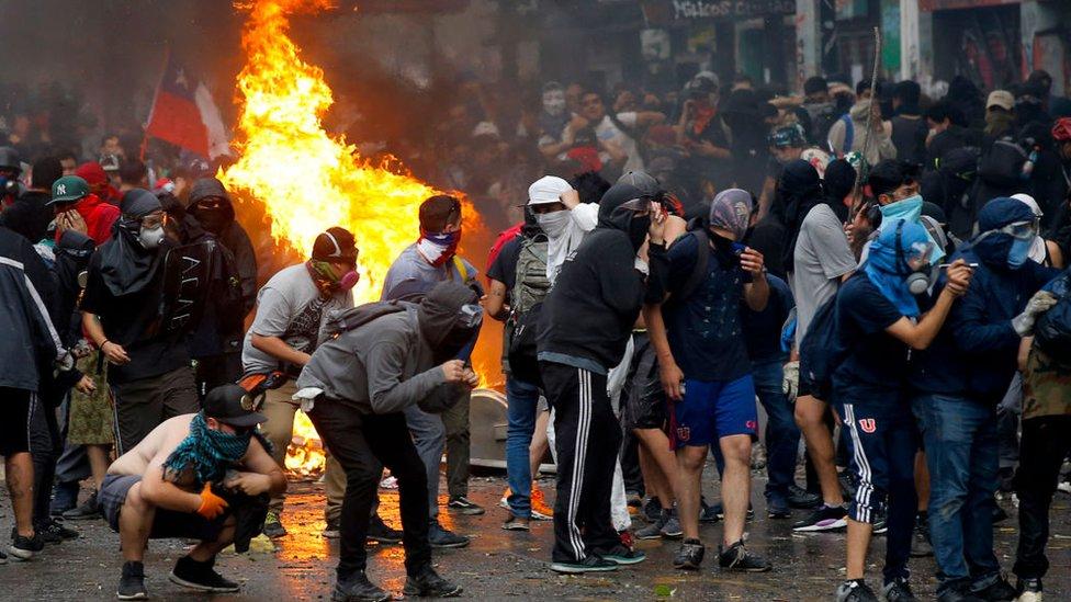 fuego en chile durante manifestaciones.