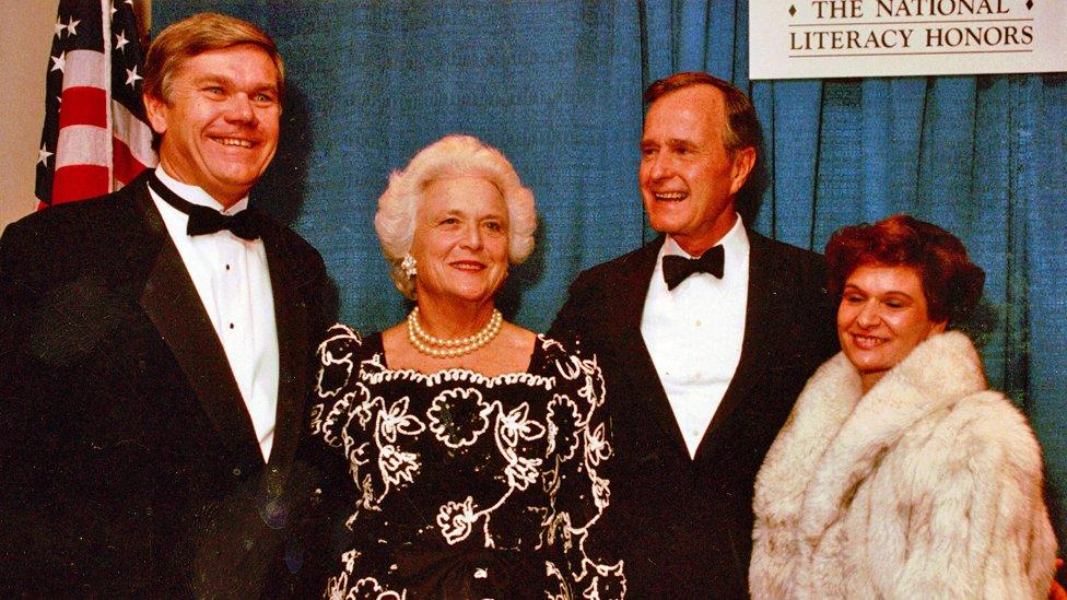 John Corcoran (izq.) con su esposa (der.) y Barbara y George Bush
