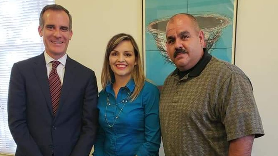 Manny Flores junto al alcalde de Los Ángeles, Eric Garcetti.