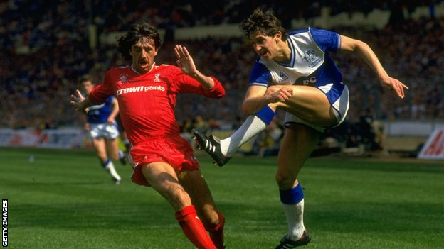 Gary Lineker in action for Everton against Liverpool