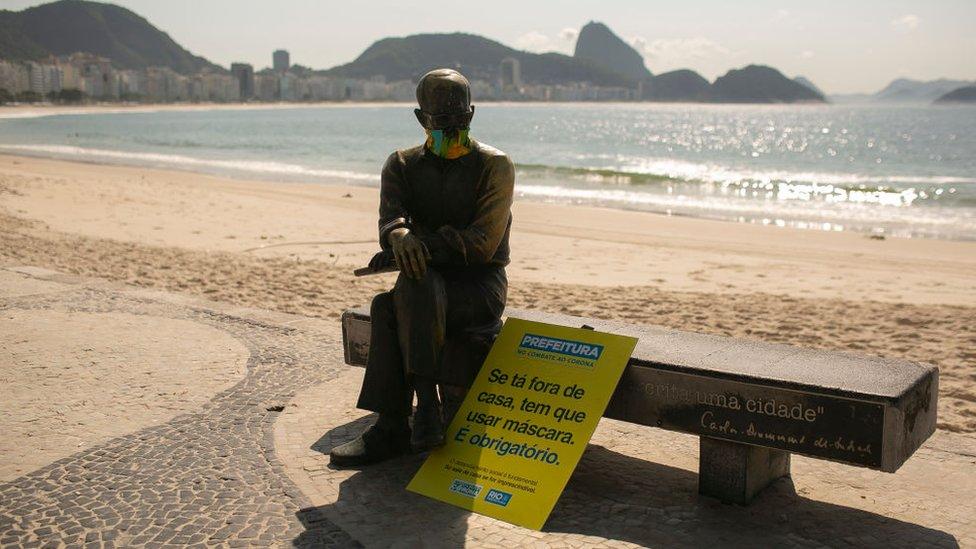 Una estatua con mascarilla en Río de Janeiro, Brasil.