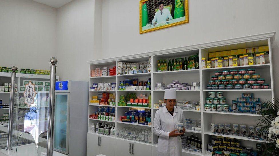 إحدى العاملات في المجال الصحي في تركمانستان
