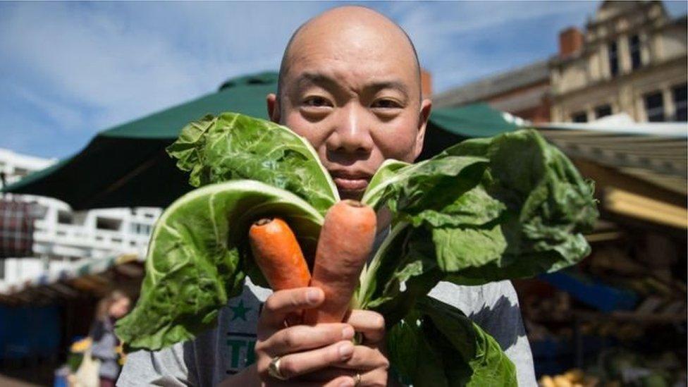 Джайлз Єо тримає моркву