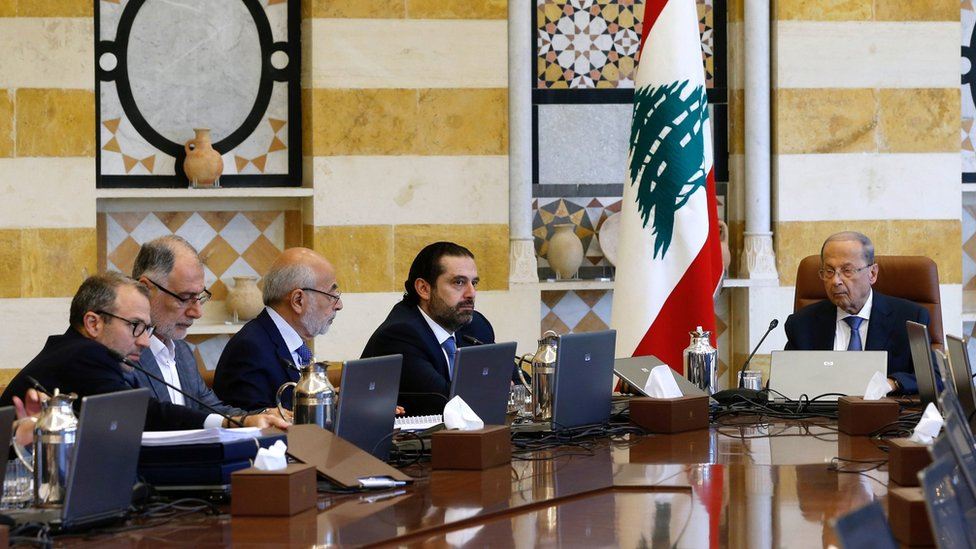 Lebanese President Michel Aoun (R) chairs a cabinet meeting with Prime Minister Saad Hariri (2nd R) at the Baabda palace (21 October 2019)