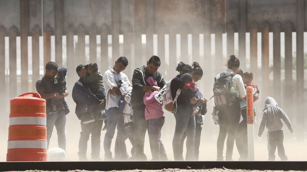 Migrantes en la frontera entre EE.UU. y México.