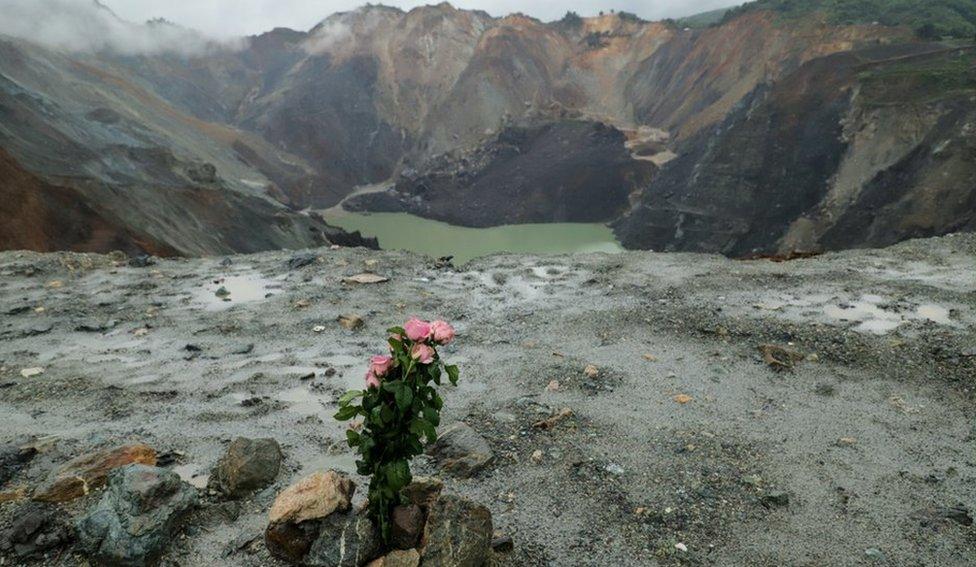 為死者和失蹤者獻上鮮花