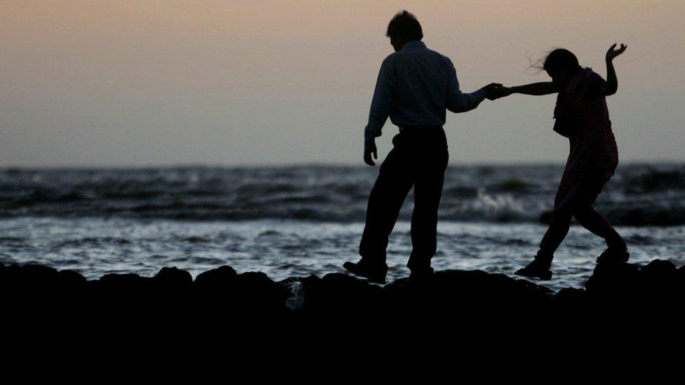 情侶在海邊