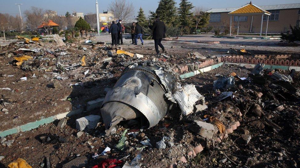 حطام الطائرة الأوكرانية التي مات جميع من كان على متنها