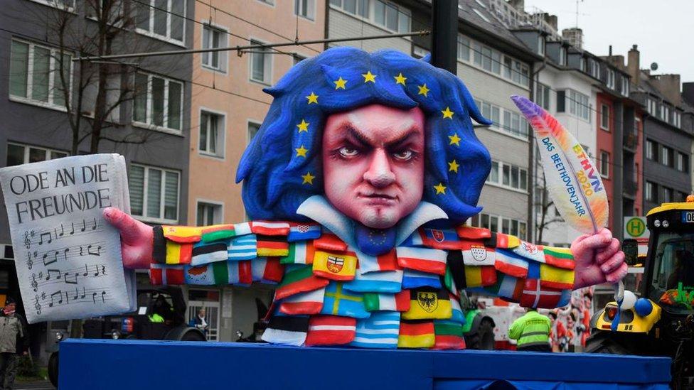 Una figura representativa de Beethoven, con el pelo decorado como la bandera de la Unión Europea