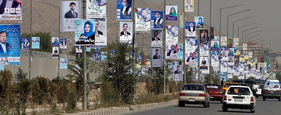 Izborni plakati duž glavne ulice u Kabulu