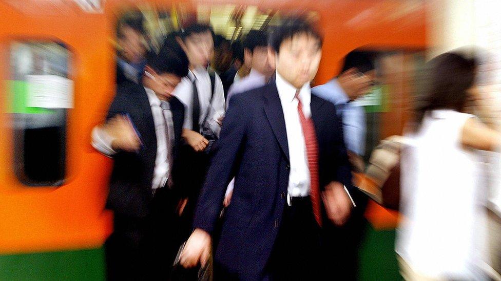Gente en el metro de Tokio