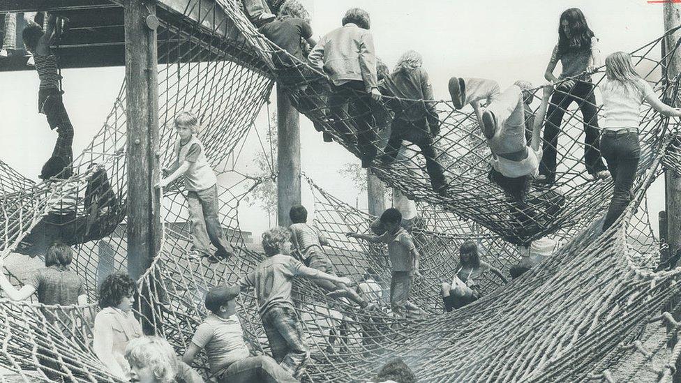 La montaña de redes en la Aldea de los Niños