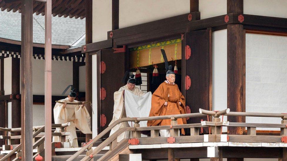 El emperador Akihito durante la ceremonia de despedida de su reinado en el palacio imperial de Tokio.