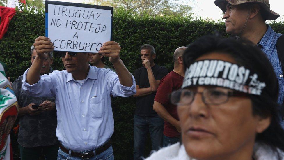 Sğınma talebinin reddedilmesini isteyenler Uruguay Büyükelçilik rezidansı önünde gösteri düzenledi.