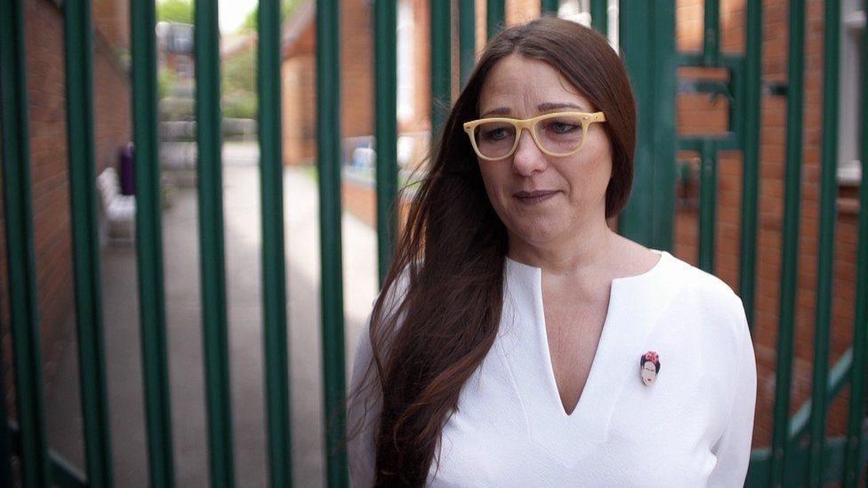 """قالت سارة هيويت-كلاركسون إن التظاهرات الرافضة لدروس العلاقات المثلية في مدرستها كانت """"عدوانية""""."""