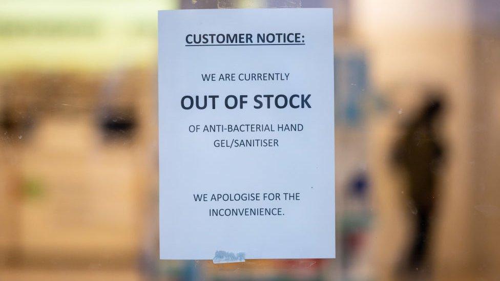 Algunos comercios informan de que se agotaron los geles desinfectantes de mano.