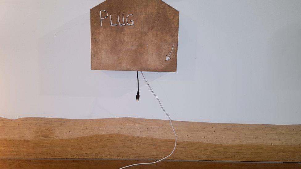 黑客設置的誘餌。沒帶充電線?這兒有。