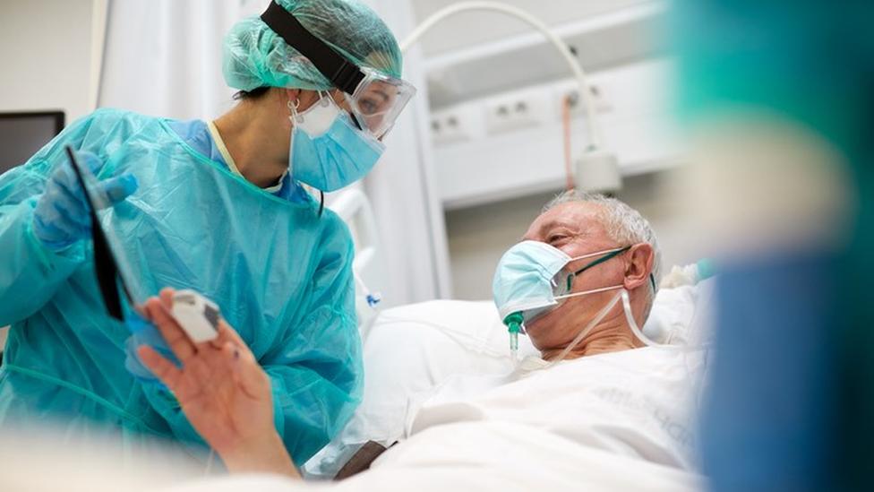 Profissional de saúde interage com paciente