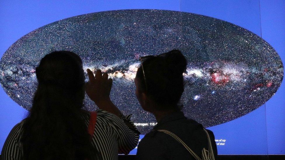Astronomi meraklıları başkent Yeni Delhi'deki Nehru Gökevi'nde evreni inceliyor