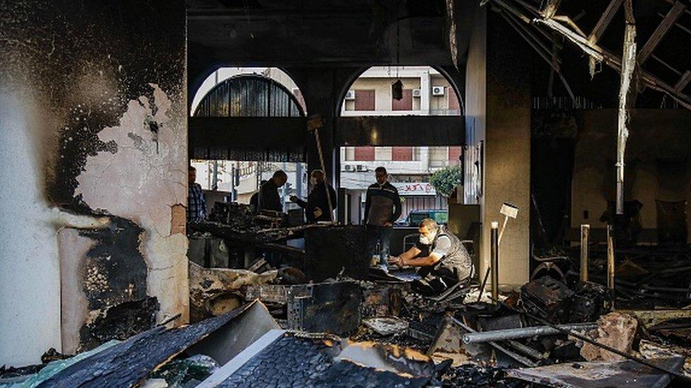 Protestocular bankaları ateşe verdi