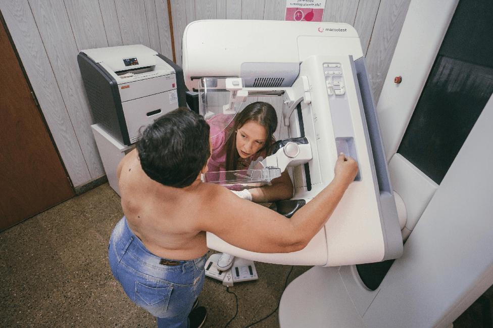 Una mujer se realiza una mamografía con Mamotest