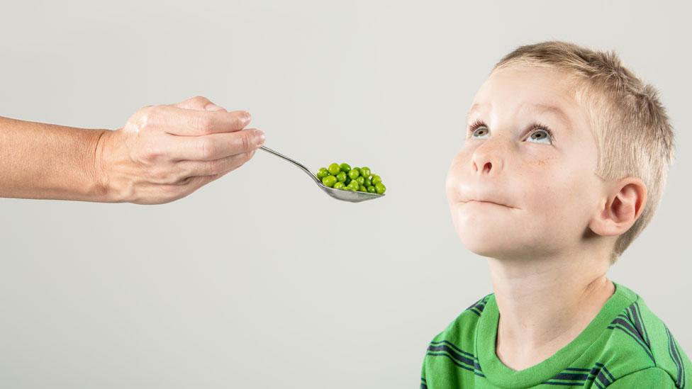 Niño que se rehúsa a comer arvejas