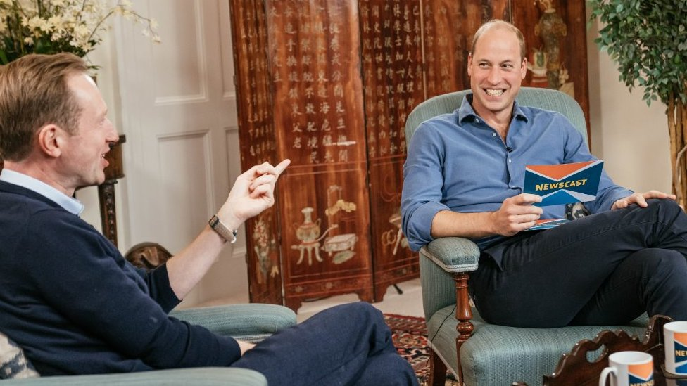 Novinar BBC-ja Adam Fleming i princ Vilijam u podkastu Njuzkest