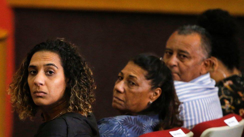Anielle Franco, irmã de Marielle, ao lado de Marinete Silva e Antonio Franco, pais da vereadora