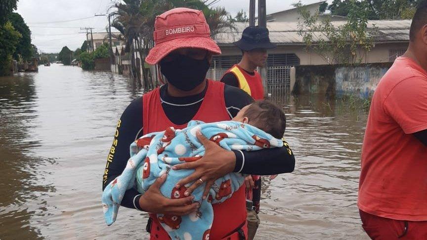Acre   'Resgatei bebê que podia morrer de dengue': a situação caótica com enchentes e doenças