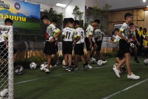 Anak-anak ini menghadiri konperensi pers dengan memakai seragam sepak bola.