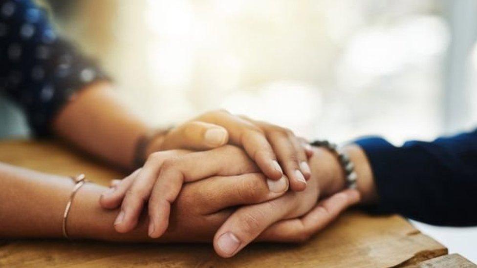 يعاني أكثر من واحد من 10 أشخاص من الأعراض الجانبية الشائعة جداً فيما الأعراض الجانبية النادرة تصيب أقل من واحد من أصل 10 الآلاف حالة.